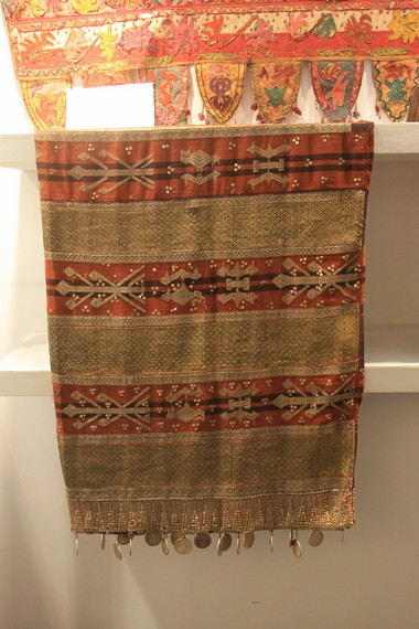 Kain tapis cucuk andak, salah satu koleksi kain tapis sulam milik Museum Negeri Lampung