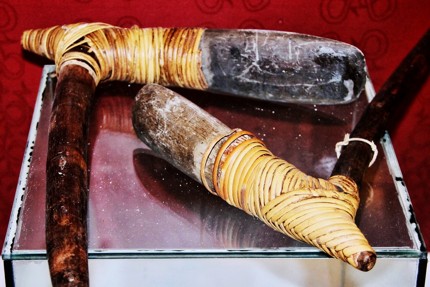 Kapak batu oleh masyarakat Suku Asmat sering digunakan dalam proses pembuatan sagu
