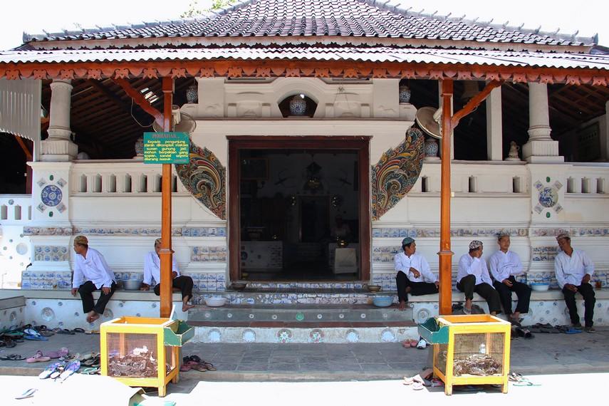 Kompleks Pemakaman Sunan Gunung Jati terletak di Desa Astana, Kecamatan Gunung Jati