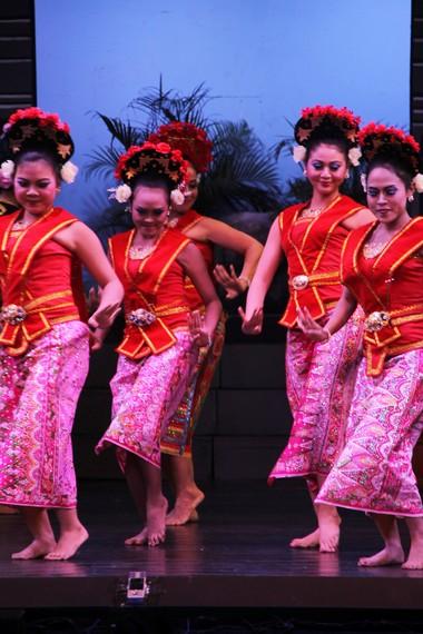 Kostum bagian bawah penari yapong menggunakan kain batik Betawi yang bermotif lembut dan berwarna cerah