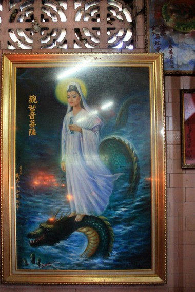 Lukisan Dewi Kwan Im terpasang di salah satu tempat sembahyang Kon Im