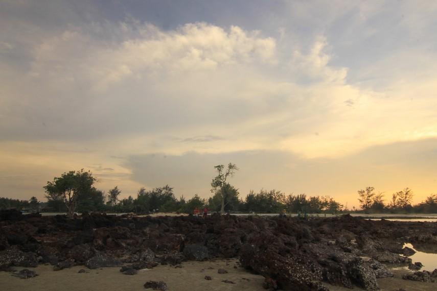Menjelang sore, pantai ini biasanya dikunjungi muda-mudi Kota Pangkal Pinang untuk sekadar bersantai melepas penat