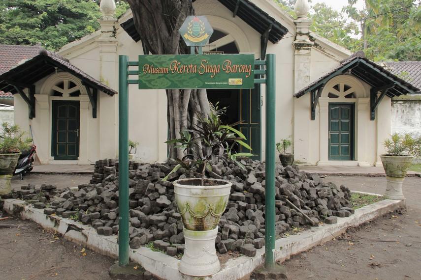 Museum kereta Singa Barong merupakan bangunan yang secara khusus menyimpan kereta yang dibuat pada tahun 1549