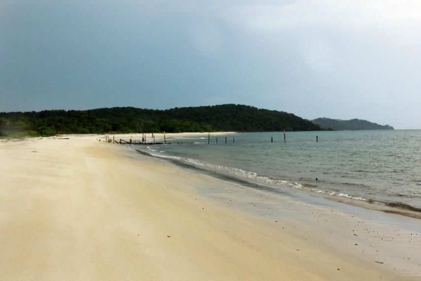 Pantai Pasir Panjang memiliki pasir yang khas yakni pasir karst yang berbeda dengan pantai-pantai lainnya di Pulau Belitung