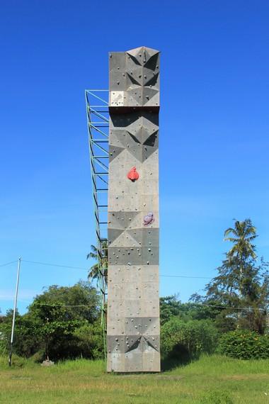 Papan wall climbing menjadi salah satu sarana yang bisa dicoba pengunjung yang menyukai tantangan