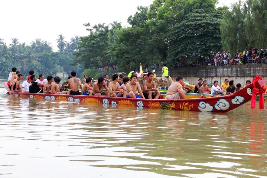 Para peserta lempar bebek sedang menunggu bebek-bebek dilemparkan ke sungai