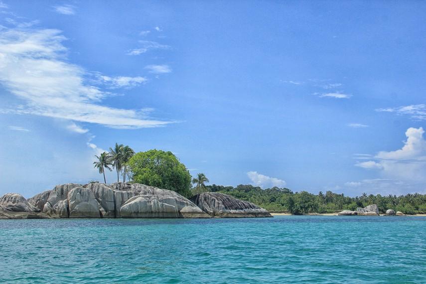 Pemandangan batu granit menjadi salah satu daya tarik yang bisa kita lihat di Pulau Babi
