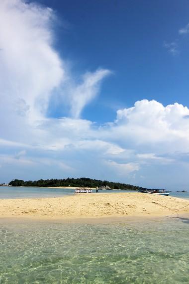 Pemandangan hijaunya Pulau Burung bisa kita lihat dari Pulau Pasir