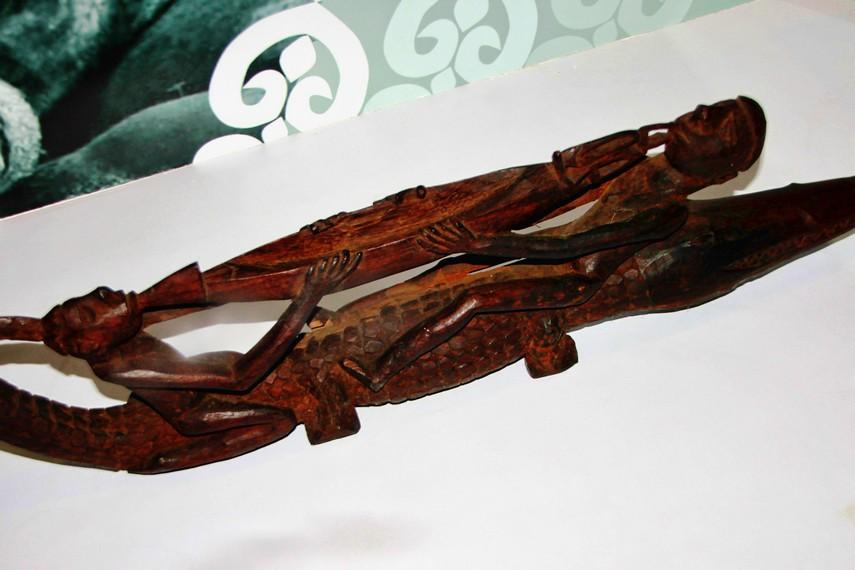 Pembuatan patung Asmat masih menggunakan alat-alat sederhana, seperti kapak batu, pisau dari tulang, dan paku yang dipipihkan