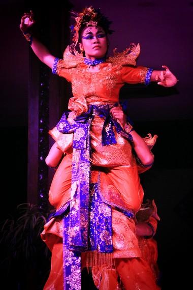 Penggunaan kain songket riau menunjukkan pengaruh kebudayaan dan tradisi masyarakat melayu