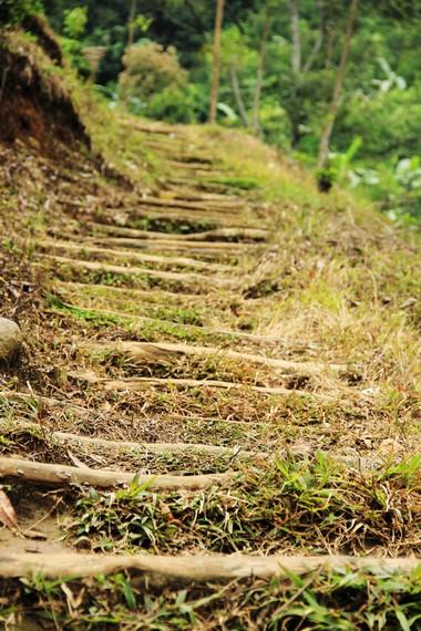 Pengunjung harus menaiki dan menuruni anak tangga untuk melihat air terjun lebih dekat
