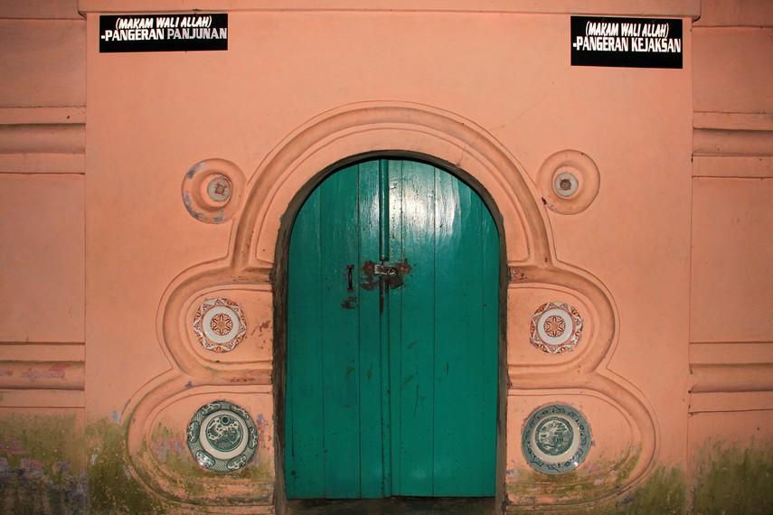 Pintu yang didesain lebih rendah dari kepala untuk menghormati sebelum memasuki wilayah makam