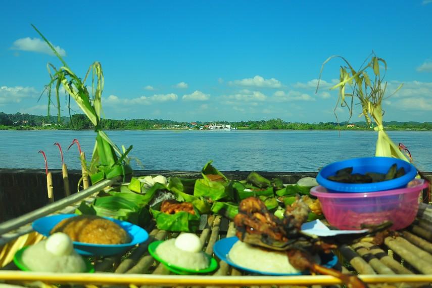 Ritual Menjamu Benua dilakukan menghadap ke Sungai Mahakam yang mengalir di sepanjang Kota Tenggarong