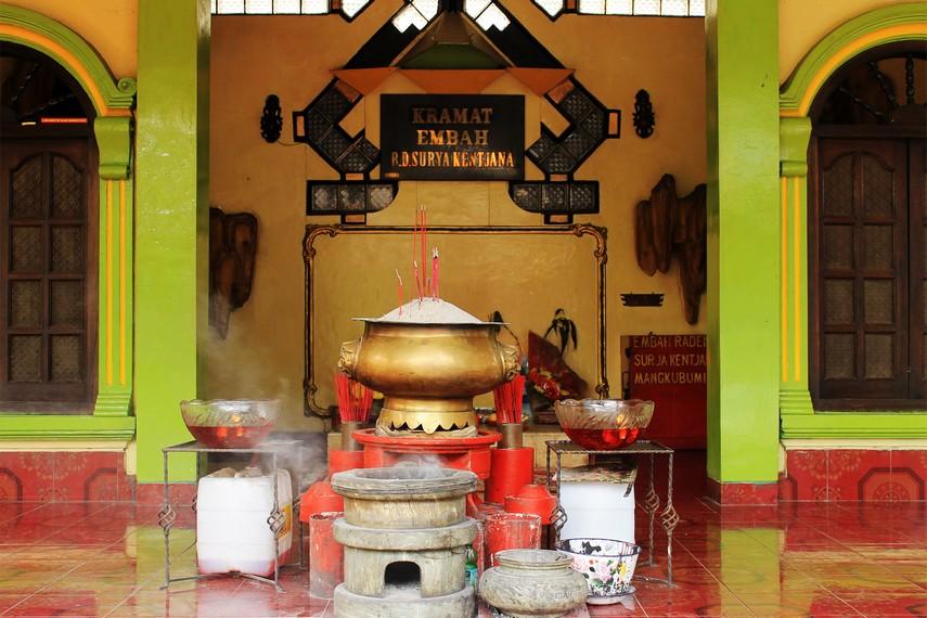 Salah satu altar di sini adalah petilasan Raden Surya Kencana - yang merupakan tokoh umat muslim Jawa Barat