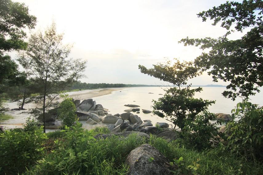 Salah satu bukit yang dapat didaki pengunjung untuk melihat Pantai Matras dari ketinggian