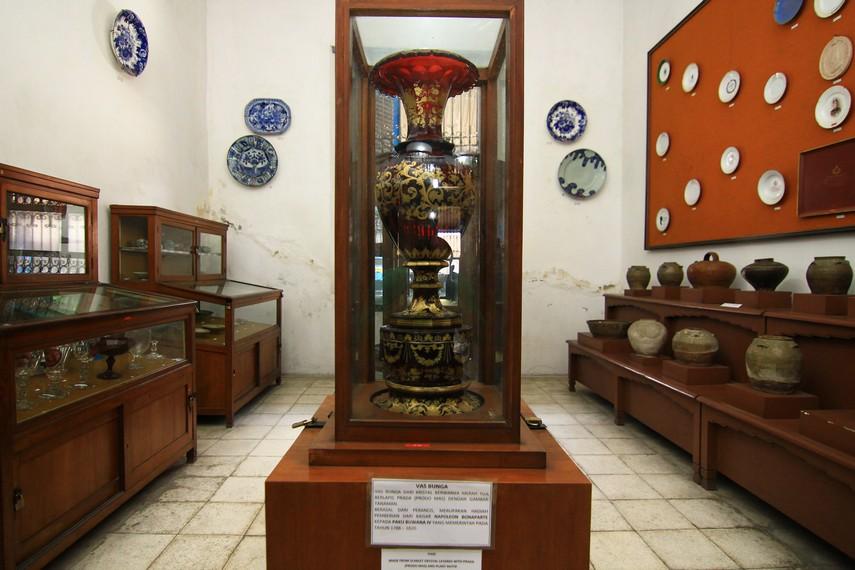 Salah satu koleksi di Ruang Keramik adalah vas berwarna merah. Vas ini merupakan hadiah dari Napoleon Bonaparte kepada Pakubuwono IV