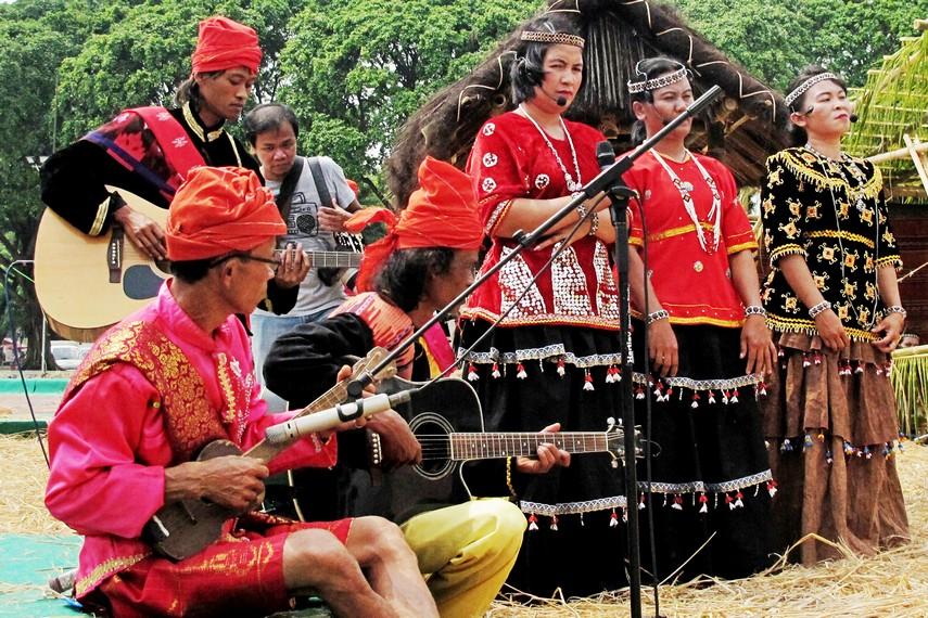 Sambil menari raego, para tetua adat Desa Toro menyanyikan syair-syair yang menggambarkan ucapan rasa syukur dan kegembiraan