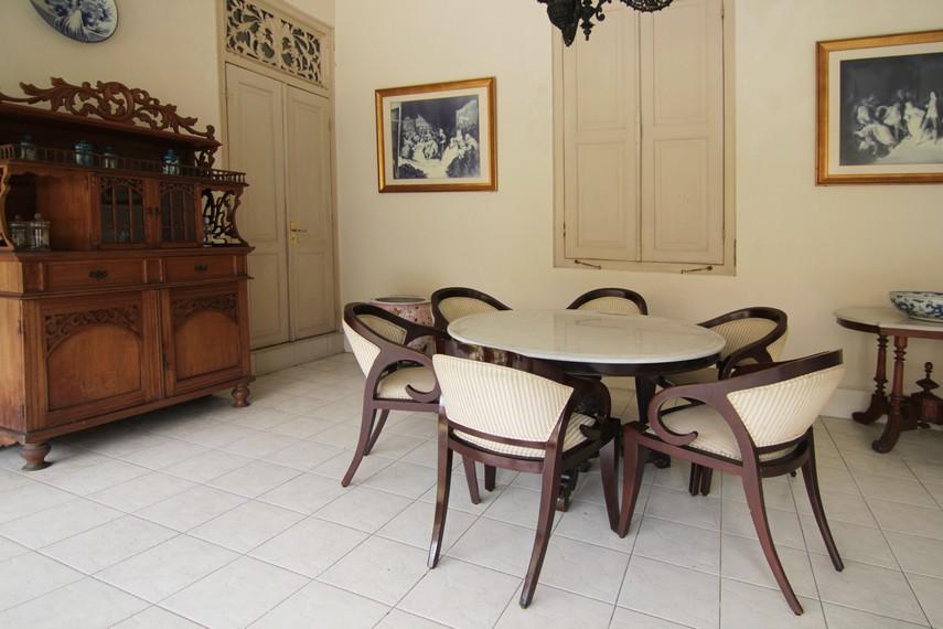 Seketheng merupakan ruang memanjang yang ada di sisi kanan-kiri rumah. Untuk masuk ke bagian ini, harus melalui pintu khusus