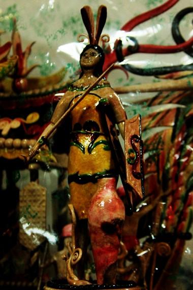 Selain dibentuk perahu naga, getah pohon nyatu juga dibentuk menjadi replika prajurit Dayak