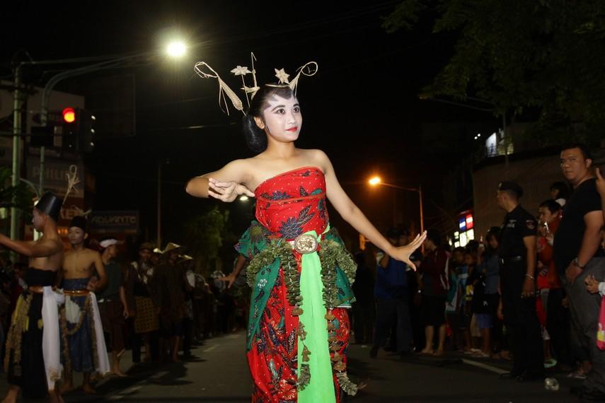 Selain kostum, gerakan-gerakan yang mereka pertunjukan juga menjadi daya tarik tersendiri bagi penonton