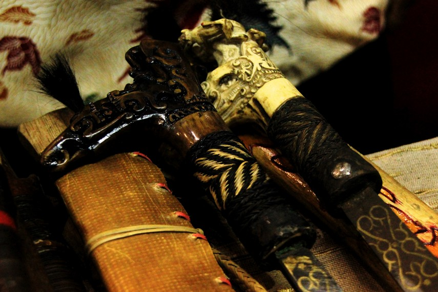 Sulur mandau yang dihiasi ukiran-ukiran khas Suku Dayak