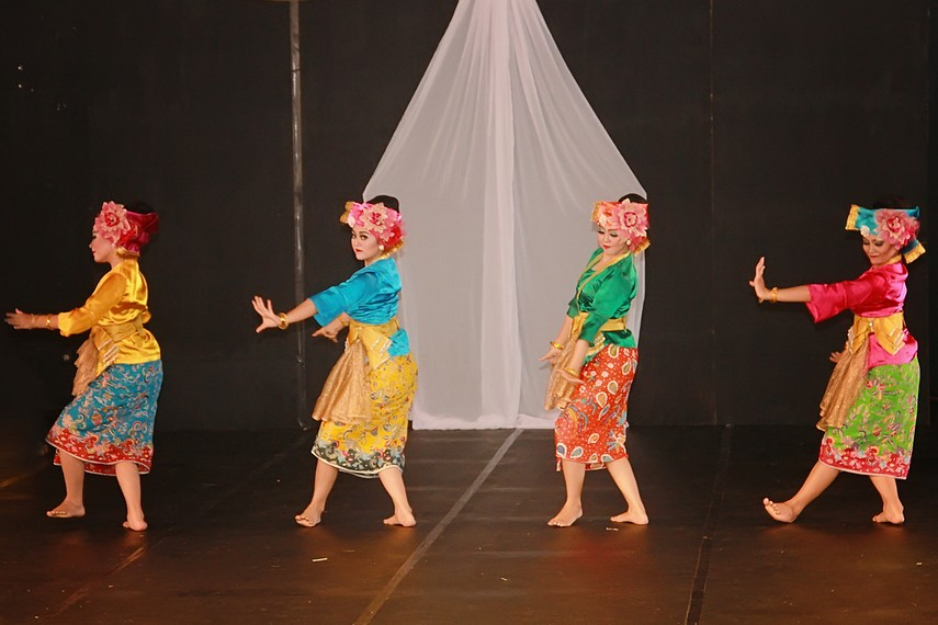 Tari Kamonesan merupakan tari yang menggambarkan tingkah laku seseorang dalam masyarakat Sunda dengan segala keinginannya dalam menjalani kehidupan sehari-hari
