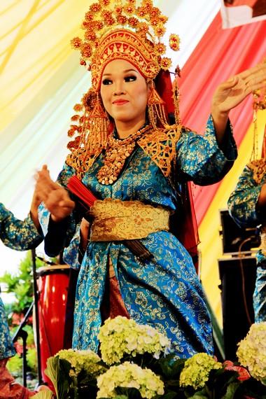 Tari persembahan oleh masyarakat Melayu Riau disebut juga tari makan sirih