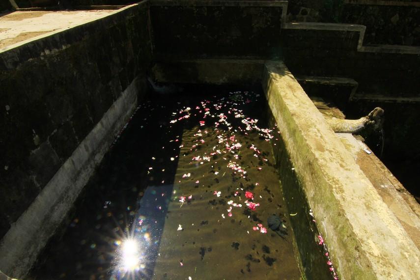 Undakan kedua merupakan sebuah kolam. Masyarakat tidak diperbolehkan mengambil air dari kolam di undakan ini