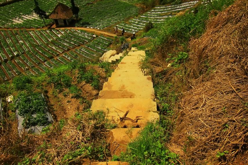 Untuk mencapai ke bagian tepi kawah, dari pintu masuk, pengunjung harus berjalan sekitar 300 m menyusuri anak-anak tangga dan jalan setapak