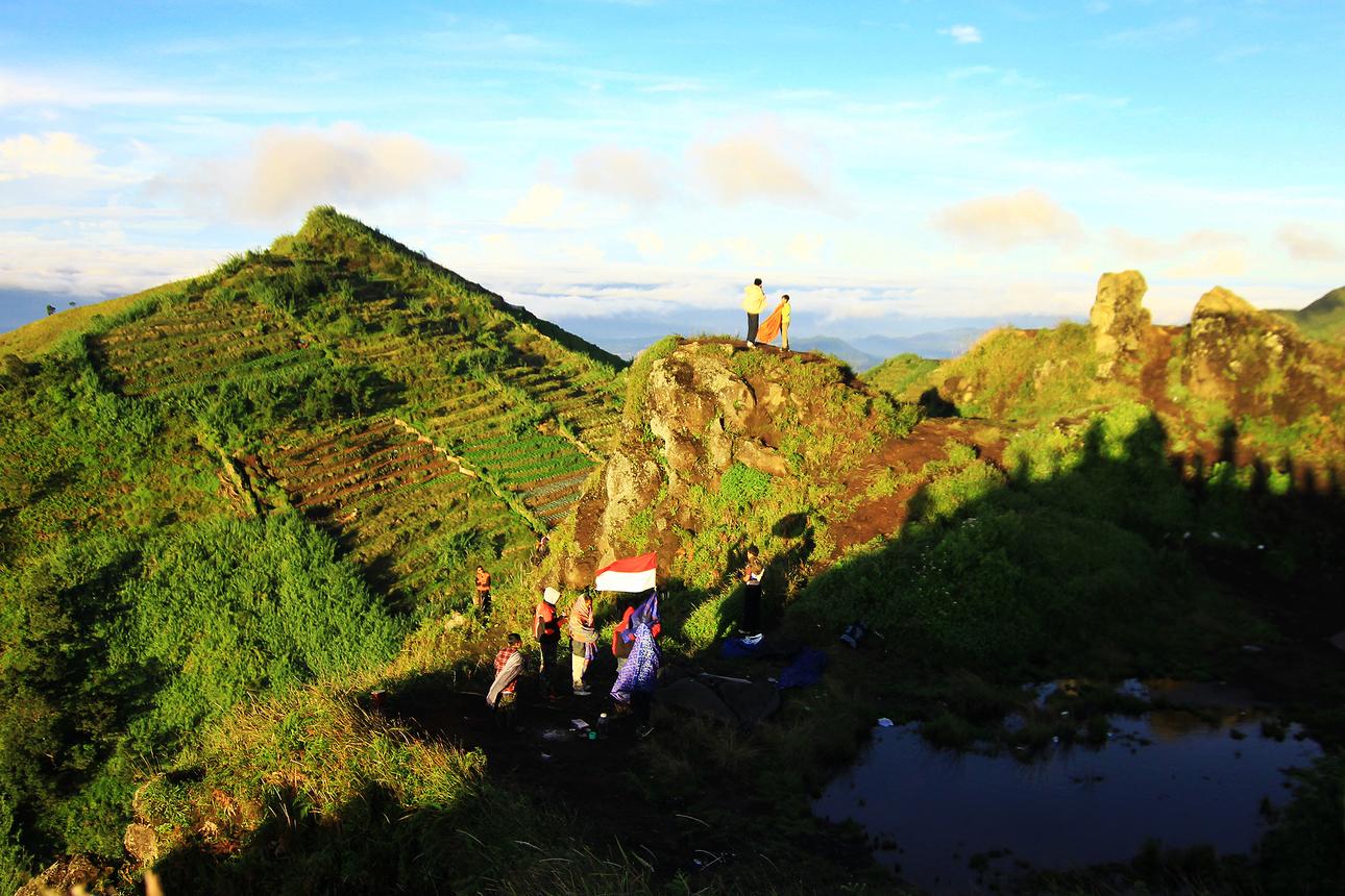 Pengunjung yang tidak ingin kehilangan momen pesona keindahan matahari terbit banyak yang mendirikan tenda di sekitar Bukit Sikunir