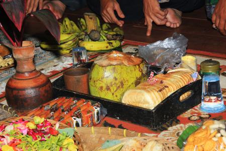 Berbagai sesajian dalam netepkeun merupakan wujud syukur atas hasil panen yang berlimpah