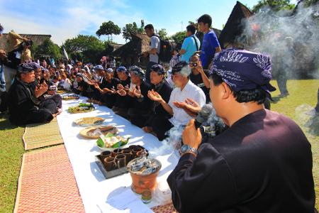 Sebelum beraneka kue diperebutkan, kampung budaya sindang barang melakukan doa dan mengucap syukur atas hasil panen yang berlimpah