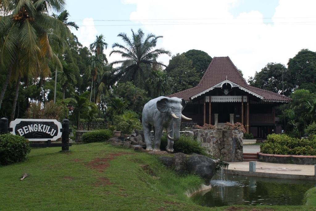 Patung gajah yang berada di halaman anjungan Bengkulu