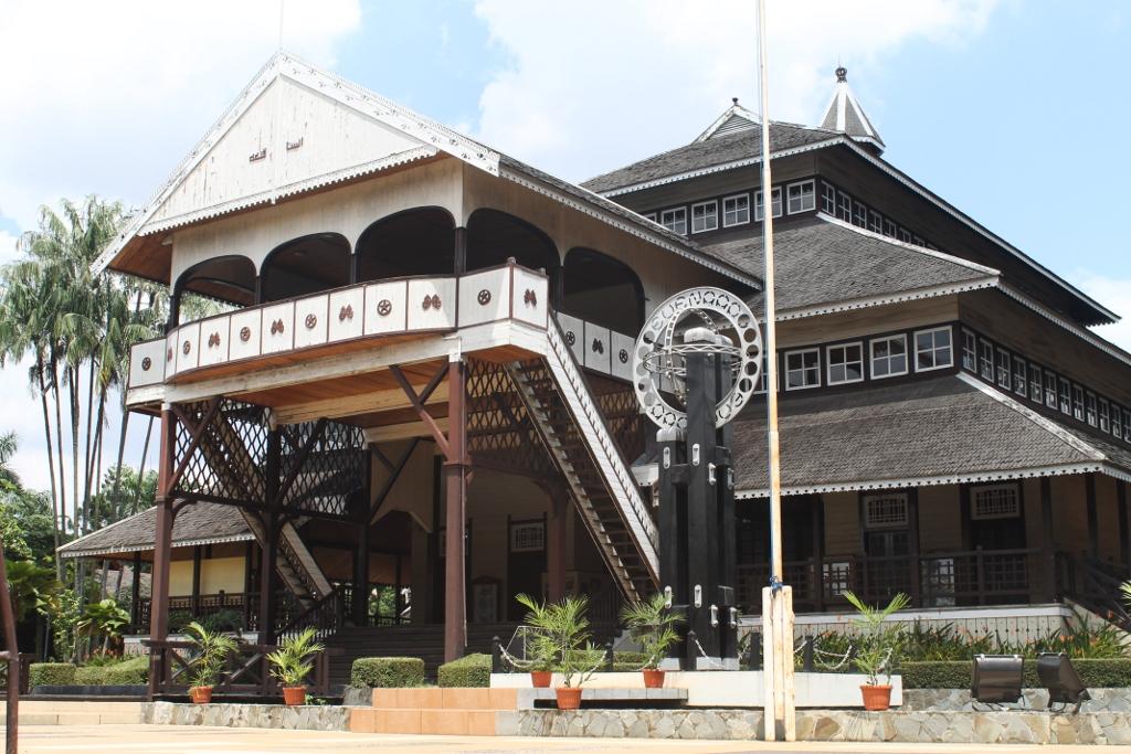 Bangunan rumah adat di anjungan Kalimantan Barat