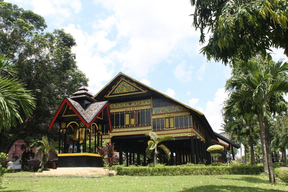 Anjungan Nangro Aceh Darusalam yang berada di halaman dalam Taman Mini Indonesia Indah