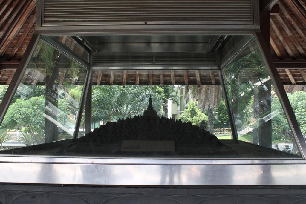 Miniatur Borobudur terpajang di salah satu gedung Taman Mini Indonesia Indah