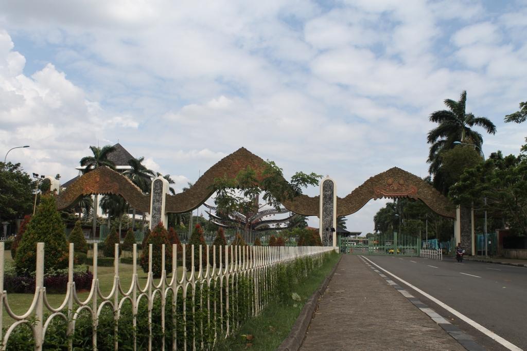 Gerbang utama sekaligus pintu masuk para pengunjung Taman Mini Indonesia Indah