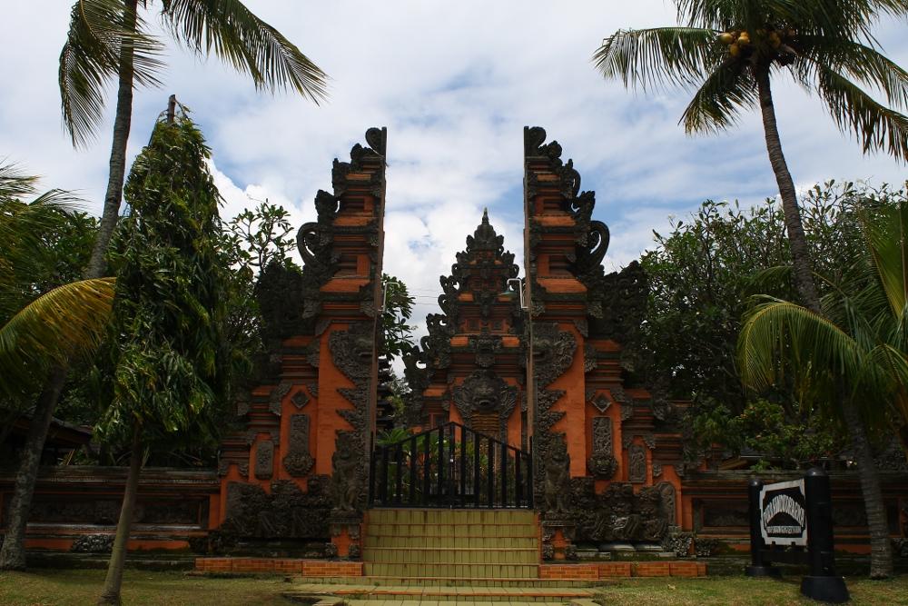 Halaman depan Pura yang berada  di dalam Kompleks Taman Mini Indonesia Indah