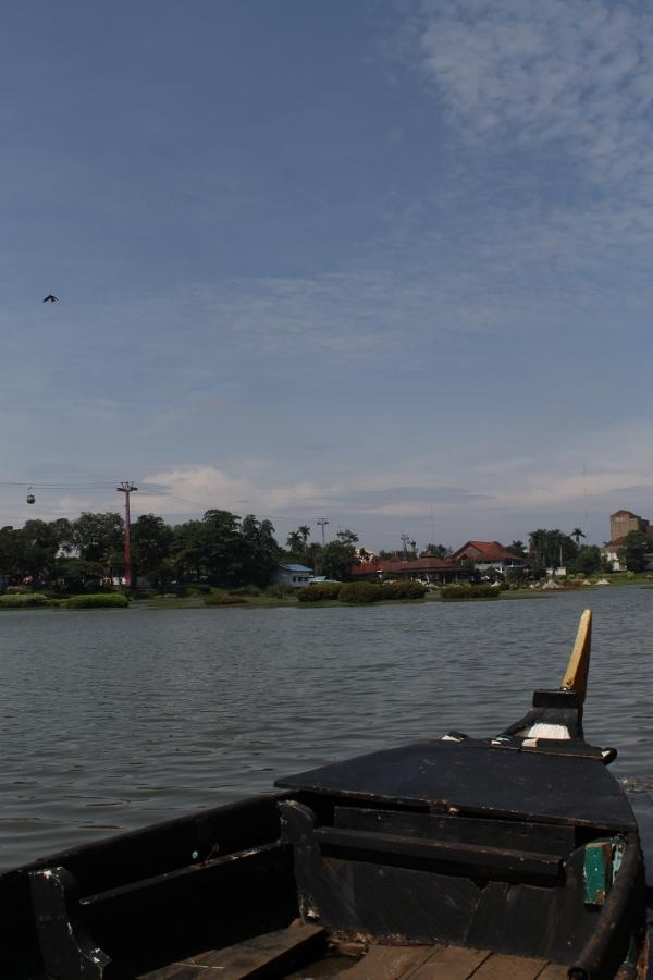 Pengunjung Taman Mini Indonesia Indah juga bisa melihat danau buatan yang ada disini