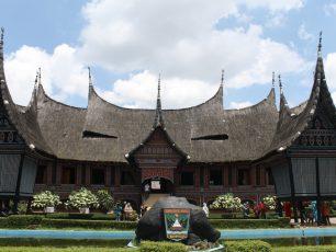 Melihat Miniatur Indonesia di Taman Mini Indonesia Indah