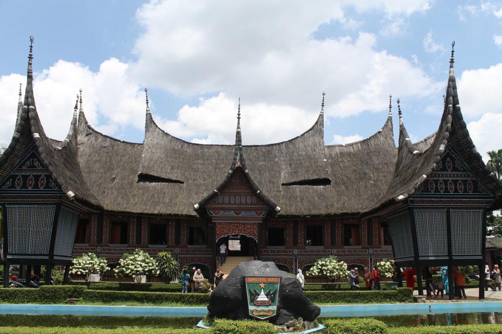 Rumah Gadang yang berdiri kokoh di anjungan Sumatra Barat