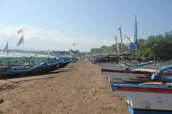 Deretan perahu nelayan yang diparkir di Pantai Pangandaran