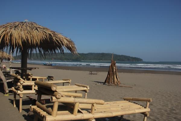 Deretan kursi bambu dipinggir Pantai Pangandaran yang bisa digunakan sebagai tempat bersantai