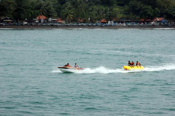 Bermain Banana Boat bisa menjadi pilihan menyenangkan di Pantai Batu Karas