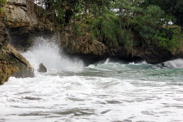 Pantai Batu Karas terkenal dengan ombaknya yang cukup besar