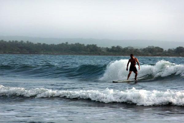 Pantai Batu Karas yang menjadi salah satu tempat favorit para surfer