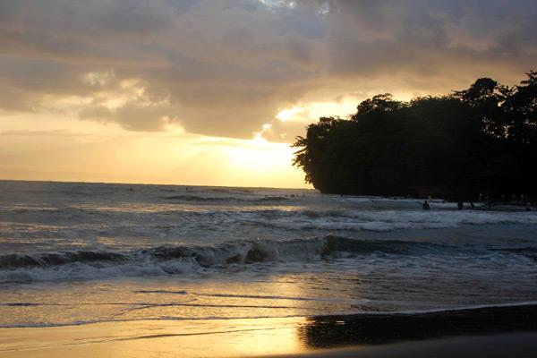 Suasana pagi sambil melihat matahari terbit di Pantai Batu Karas