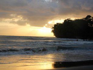 Pantai Batu Karas, Pantai Tenang Incaran Para Surfer