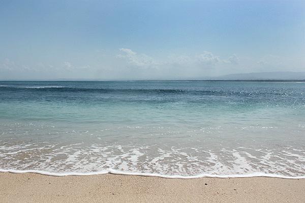 Memandang hempasan ombak dan pemandangan luasnya laut sejenak bisa menghilangkan kepenatan