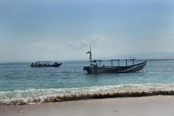 Perahu perahu nelayan yang dapat digunakan pengunjung untuk menuju Pantai Pasir Putih